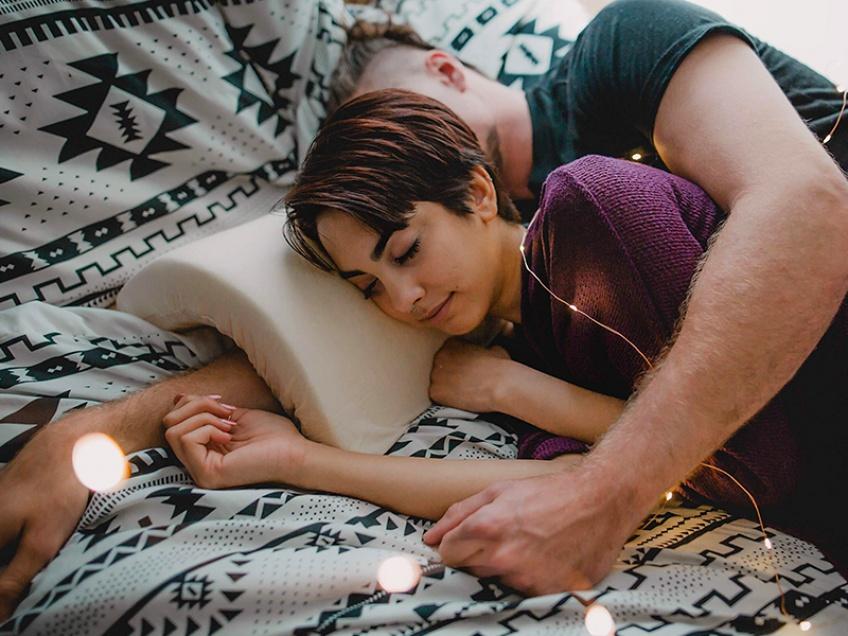 Ce coussin vous permet enfin de dormir en spooning !