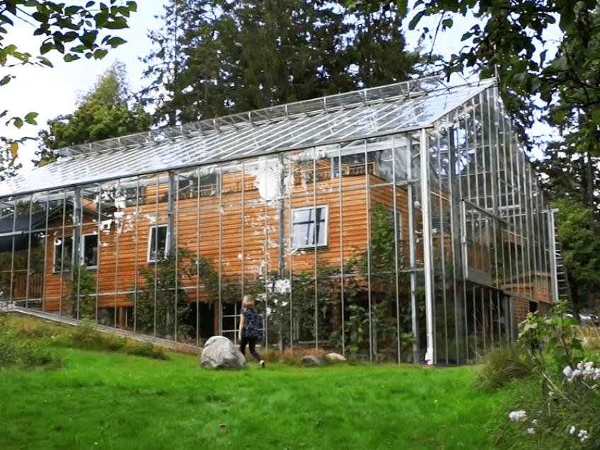 Un couple suédois a construit une serre autour de sa maison pour la garder au chaud l'hiver