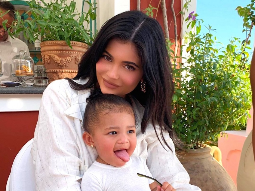 Kylie Jenner dévoile une collaboration make-up avec sa fille Stormi !