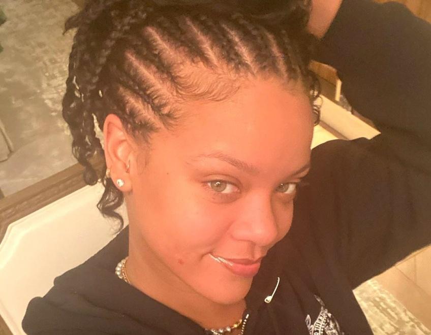 Voici le premier selfie de Rihanna de l'année sans maquillage !