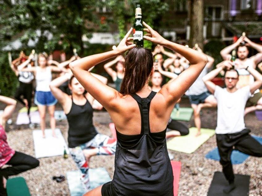 Combinez apéro et yoga avec la nouvelle tendance : le bière yoga