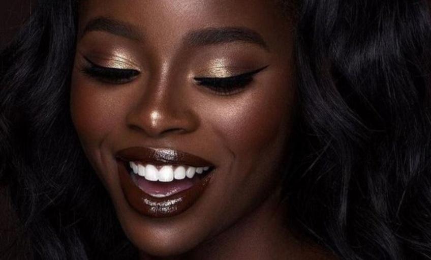 Highlighter doré : l'art de sublimer les peaux noires !