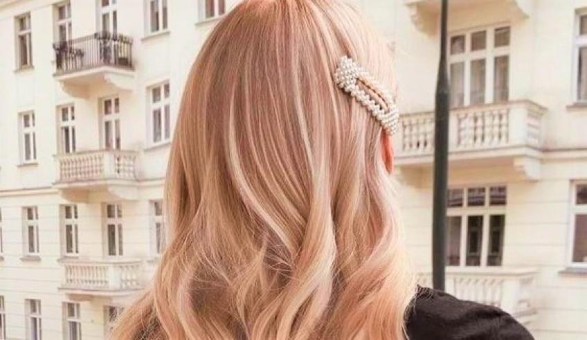 Tout savoir sur le Champagne Hair : la coloration parfaite pour sublimer les blondes !