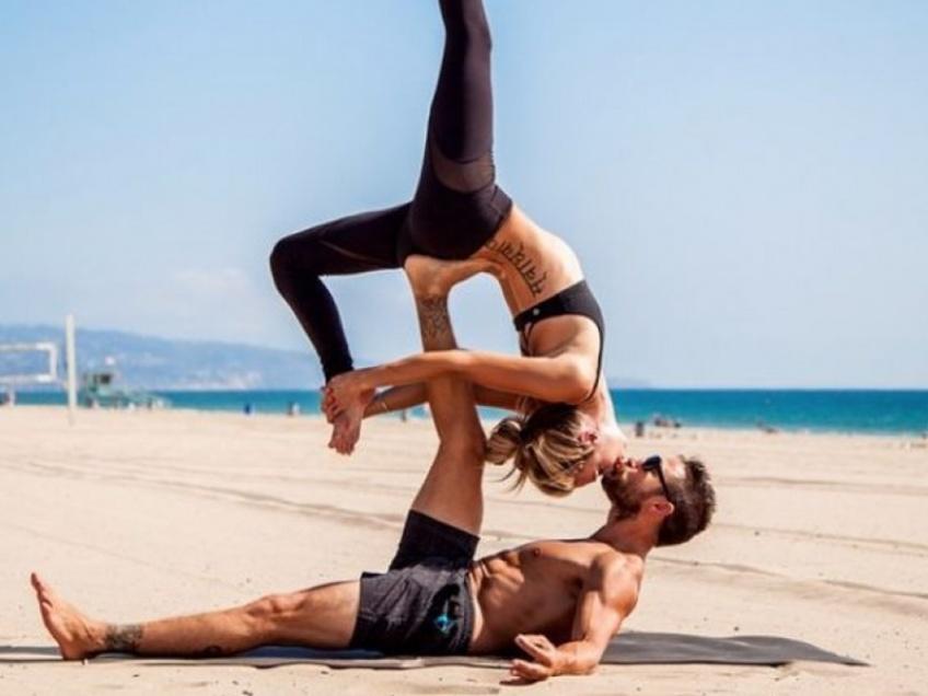Des positions de yoga à faire avec sa moitié