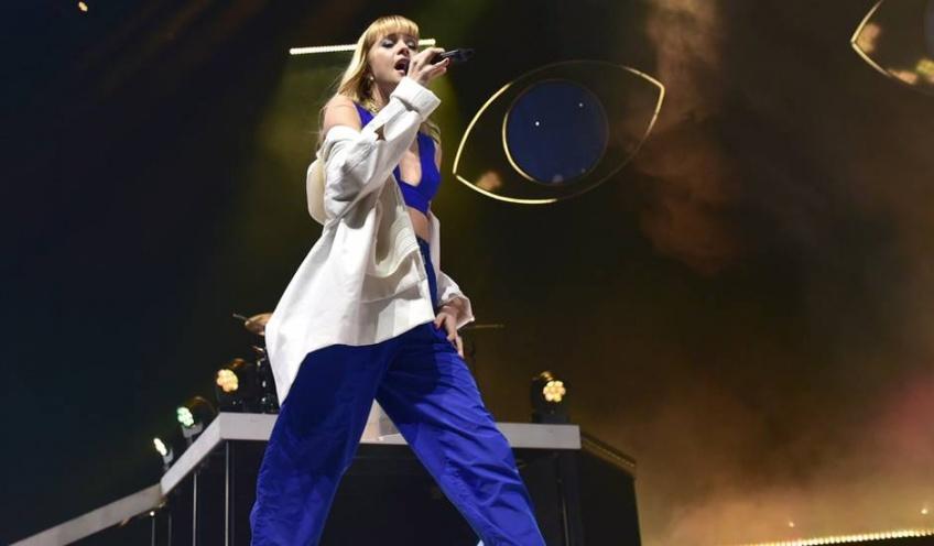 La chanteuse Angèle et la marque de haute couture Chanel s'associe pour un concert confiné