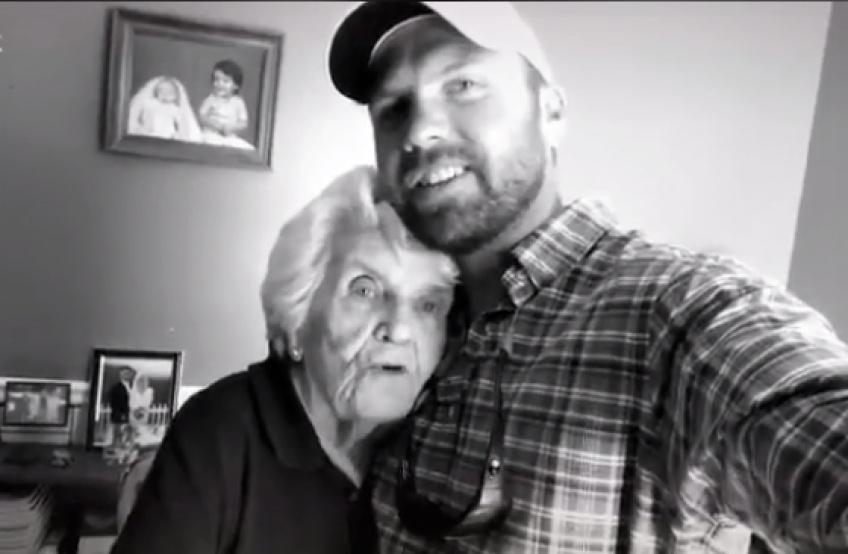 Pour faire plaisir à sa grand-mère, il s'improvise coiffeur à domicile !
