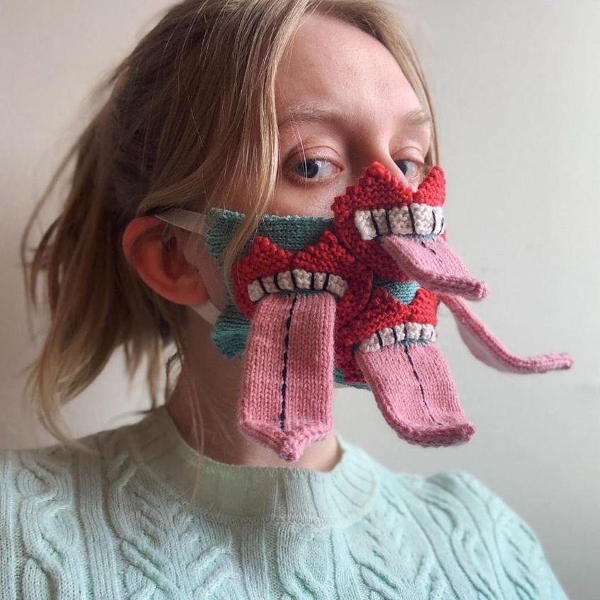 Elle tricote des masques qui font peur pour renforcer la distanciation sociale