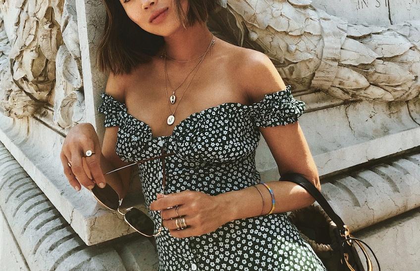 Cette robe au joli décolleté est la plus convoitée de l'été et on comprend pourquoi !
