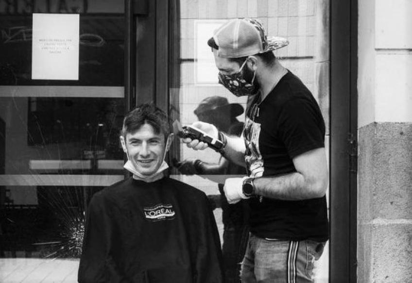 Ce coiffeur recommence à coiffer les sans-abris gratuitement !