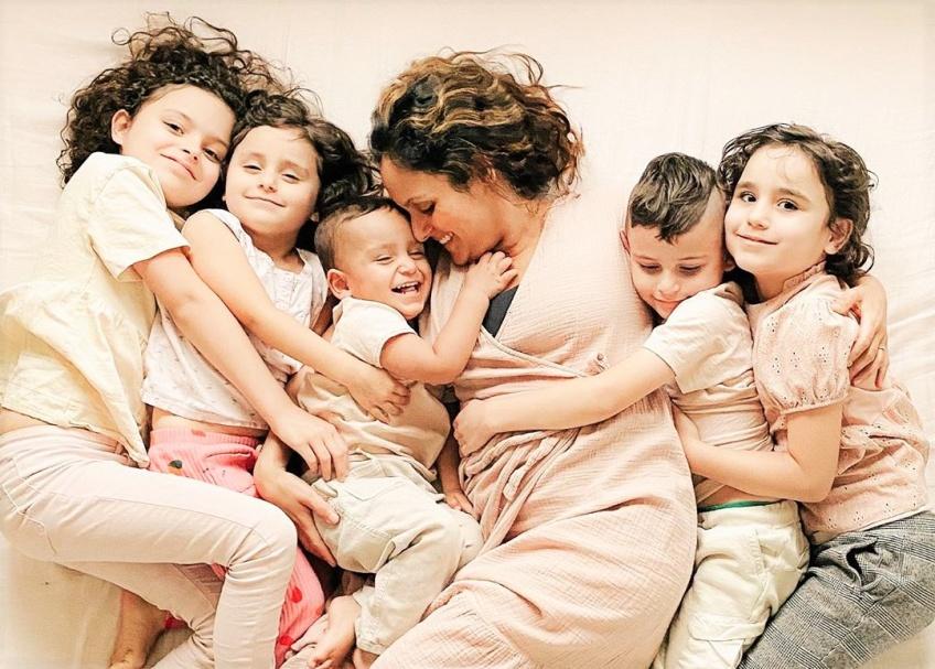 Une maman de cinq enfants poste une photo de son ventre post-accouchement qui fait le buzz !
