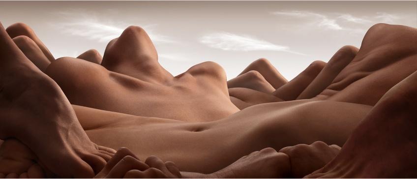 Ce photographe réalise de sublimes paysages à l'aide de corps !