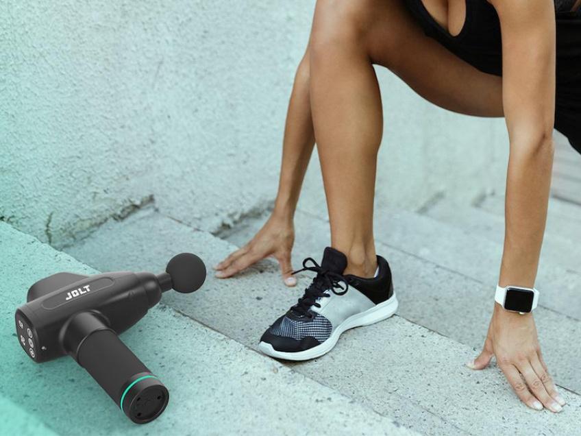 Le pistolet de massage par vibration JOLT est l'allié parfait de vos séances de sport