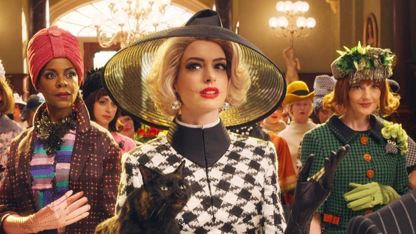 The Witches : Anne Hathaway est le Diable habillé en Prada dans le trailer de son nouveau film !