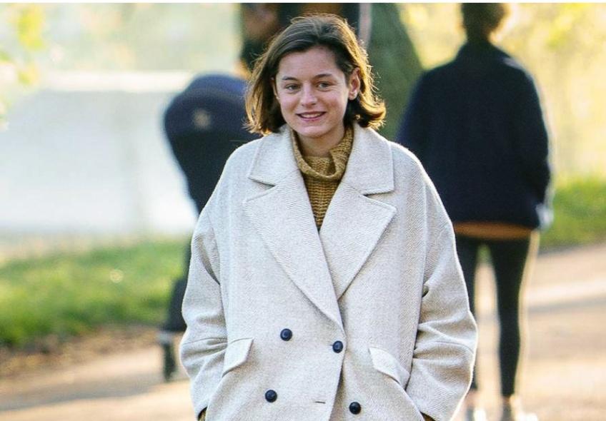 Emma Corrin (The Crown) : on se rue sur son manteau Mango pour l'hiver
