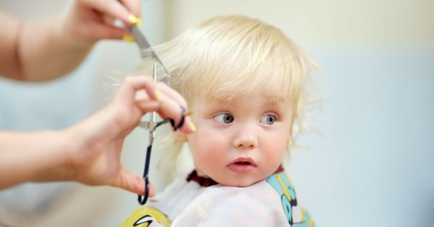 À partir de quel âge peut-on couper les cheveux du bébé ?