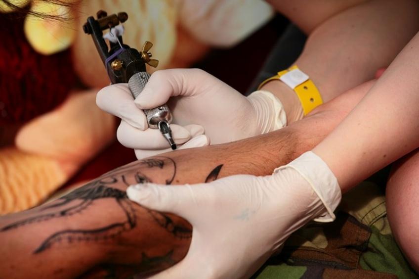 Les 3/4 des encres de tatouages seraient composées de substances nocives !