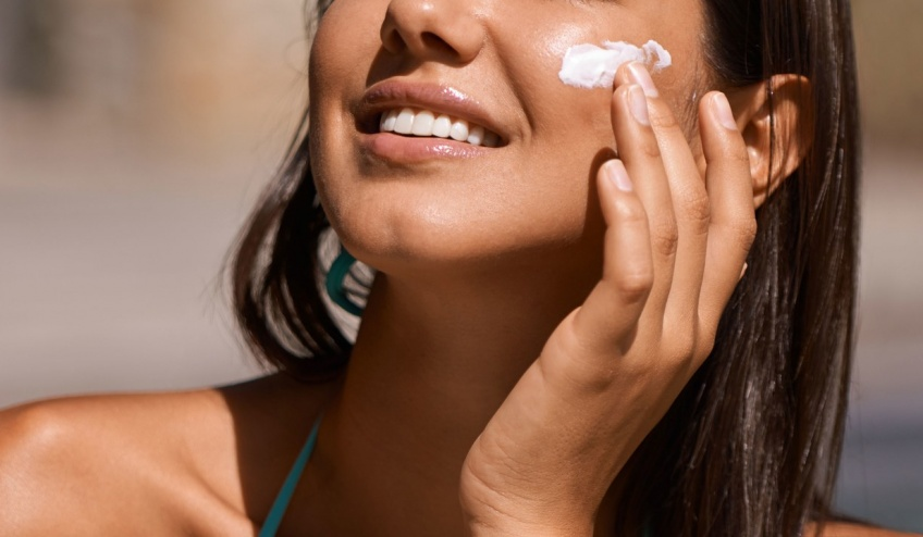 Un ingrédient présent dans certaines crèmes solaires et anti-âge serait cancérigène !