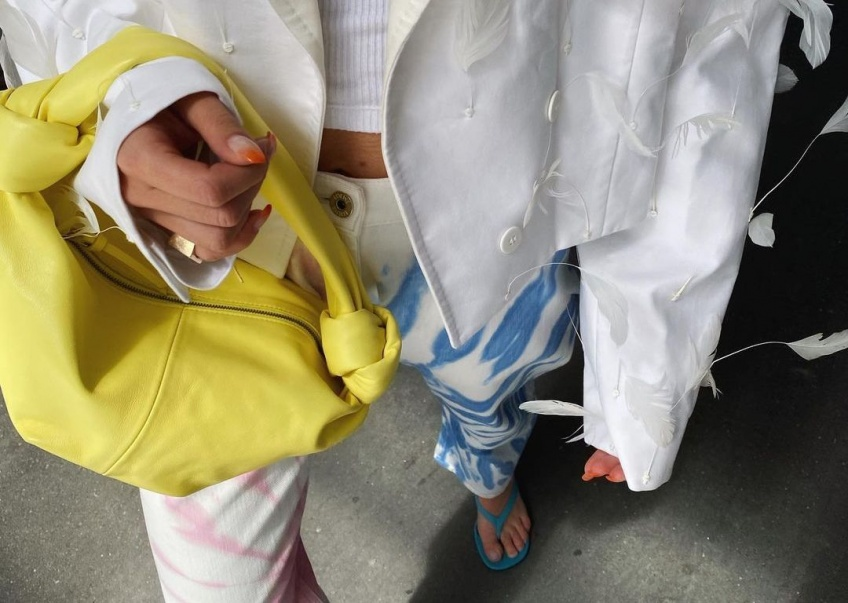 Tendance : le jean tie and dye affole la toile, pile à l'heure pour le printemps !