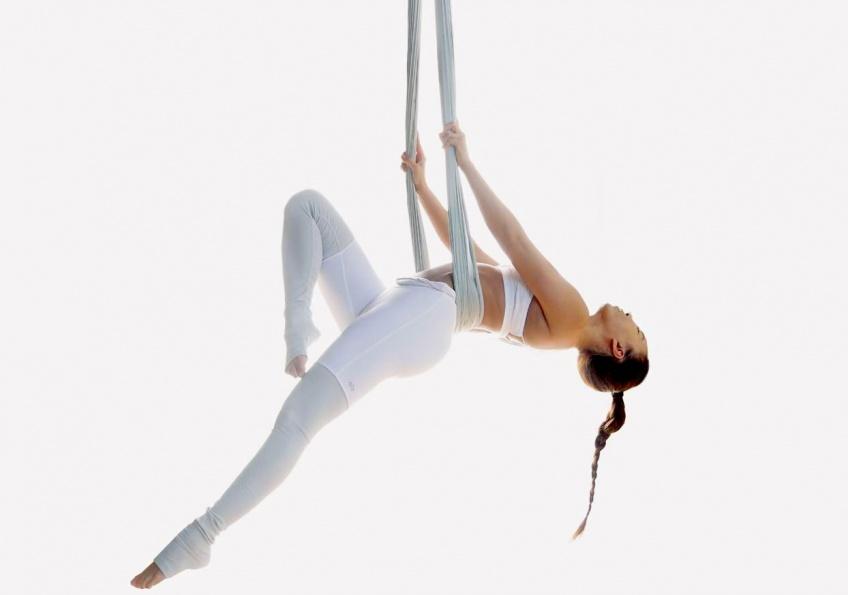 Monday, Fun Day : le Yoga aérien, la discipline insolite pour se relaxer tout en se tonifiant