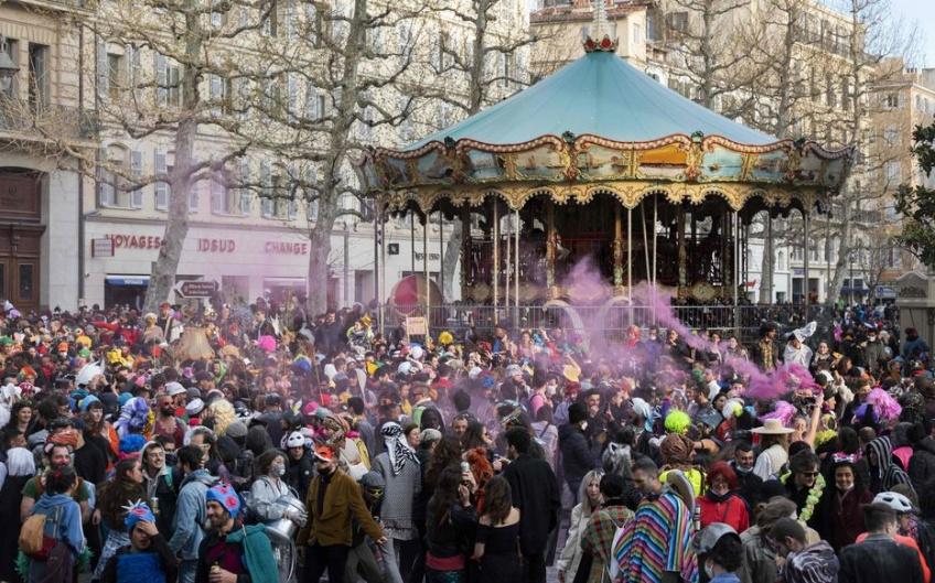 Covid-19 : un carnaval non autorisé rassemble des milliers de personnes sans gestes barrière