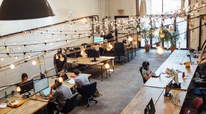 Covid-19 : déjeuner seul, présentiel... Les nouvelles règles sanitaires dans les entreprises