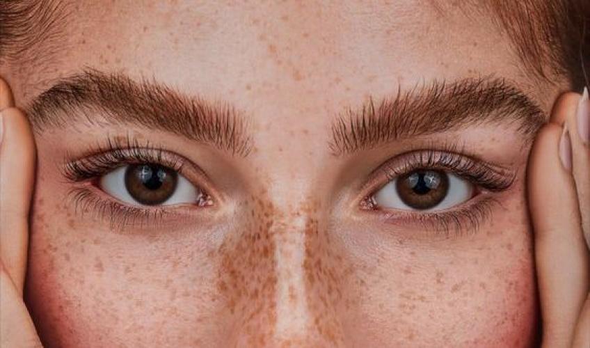Un regard plus intense, c'est possible avec la coloration des sourcils !