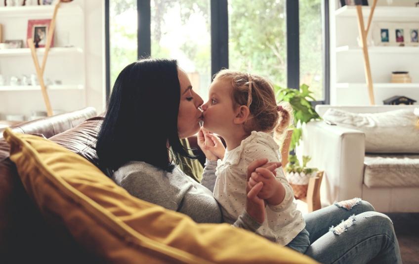 Embrasser son enfant sur la bouche serait néfaste pour l'enfant, selon les psychiatres