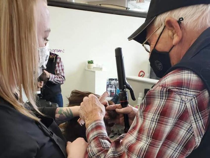 À 79 ans, il décide de prendre des cours de coiffure et maquillage pour aider son épouse malvoyante