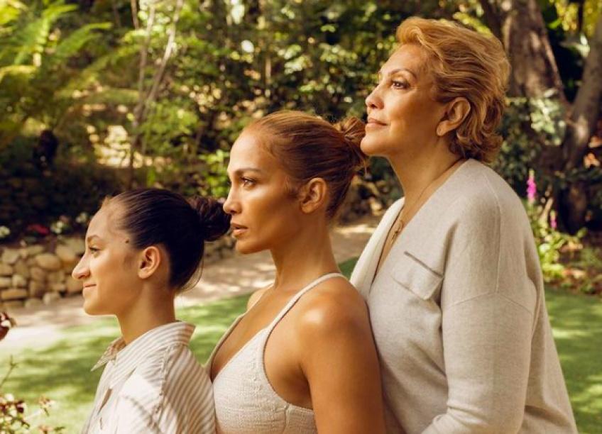Jennifer Lopez pose entre sa fille et sa mère : la ressemblance est épatante !