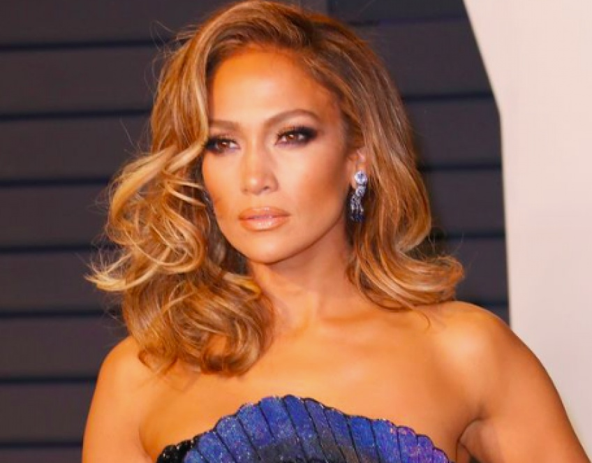 Jennifer Lopez a adopté la frange rideau et ça lui va à ravir !