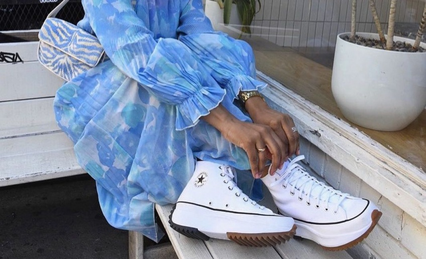 Mix and Match : Robes fleuries et baskets blanches, le look tendance du moment !