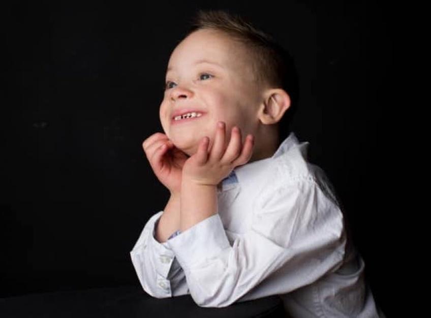 Porteur de trisomie 21, ce petit garçon devient mannequin !