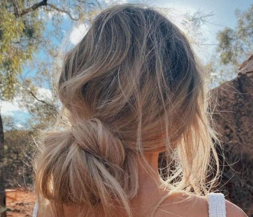 Alerte coiffure de l'été : un nouveau chignon à la fois décontracté et glamour !