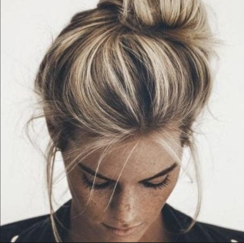 Des mèches blondes pour l'été, une coiffure lumineuse et tendance