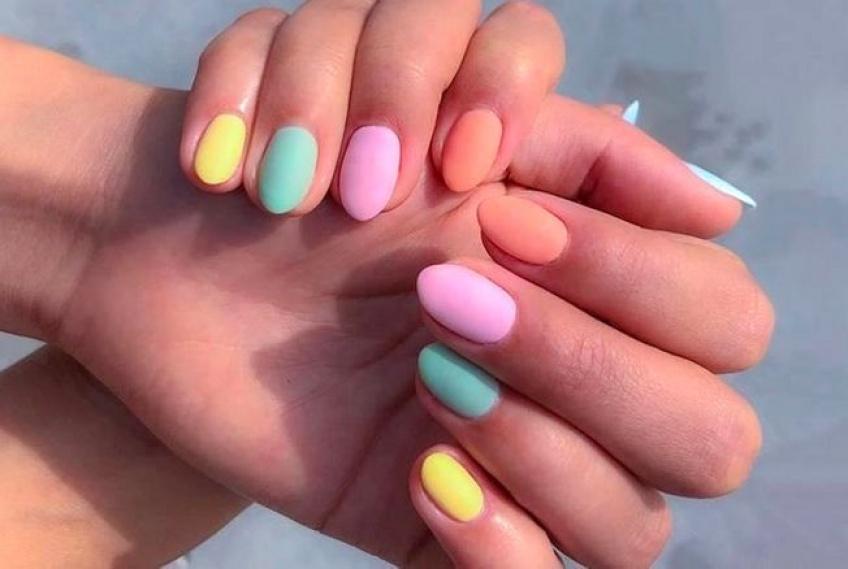 La tendance rainbow s'invite sur nos ongles cet été !