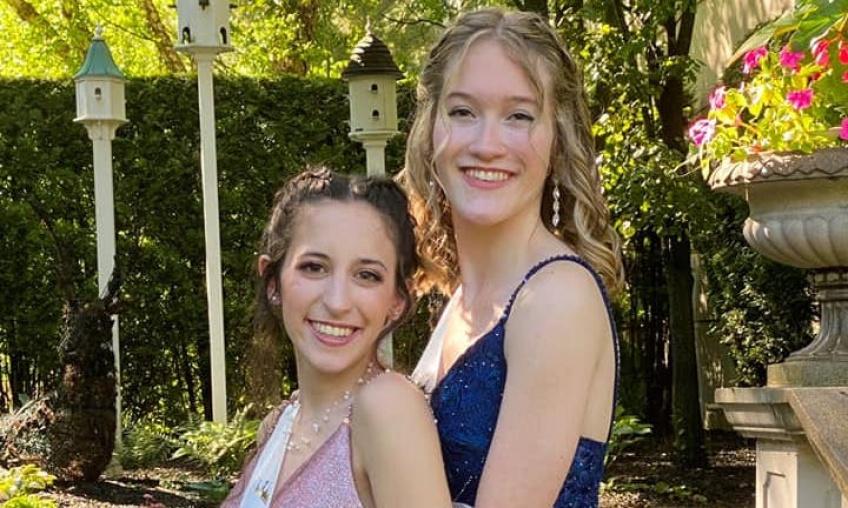 Un lycée américain élit deux femmes lesbiennes reines du bal de promo