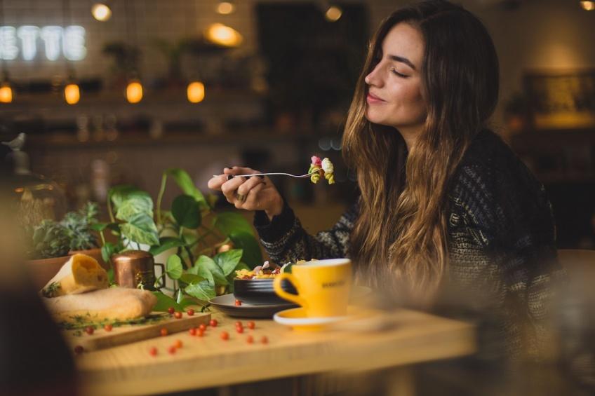 Bien manger plutôt que faire l'amour, le choix de la majorité des jeunes selon un sondage