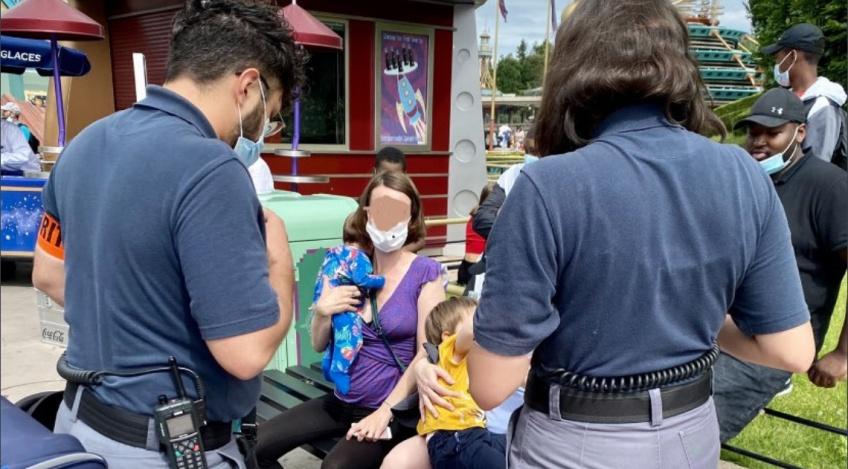 Empêchée d'allaiter à Disneyland Paris, le parc présente des excuses publiques