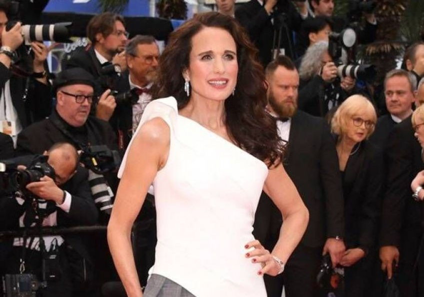 Andie MacDowell affiche une somptueuse chevelure grise au Festival de Cannes