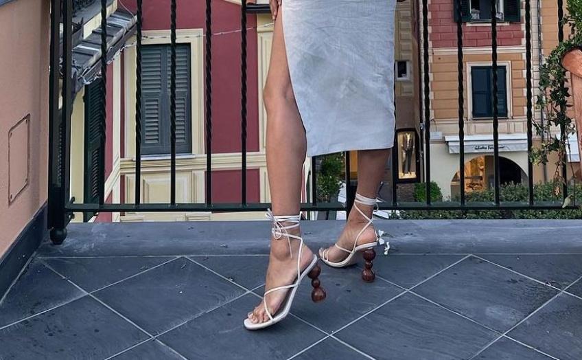 HOW TO : 5 paires de chaussures à porter avec une jupe midi ou une robe midi en été