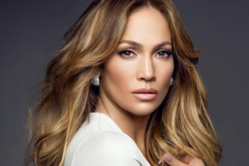 Jennifer Lopez, démaquillée, dévoile sa routine beauté du matin !