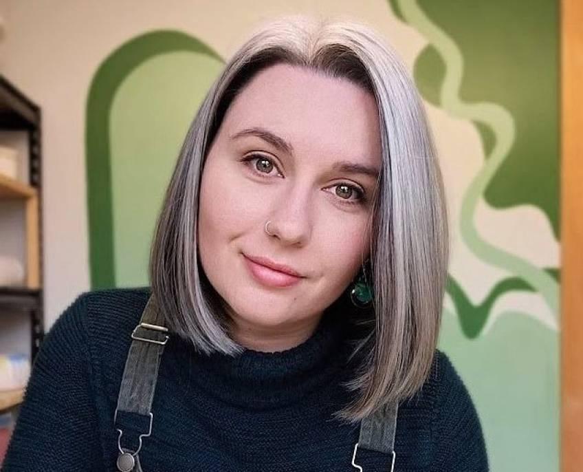 À 25 ans, elle décide d'assumer ses cheveux gris pour son mariage