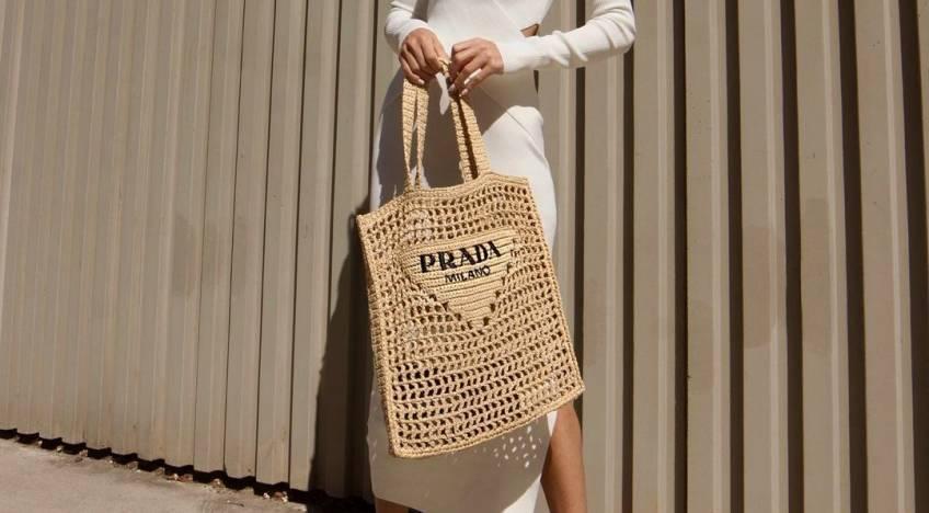 Spotted : Ce sac Prada est la pièce must-have pour faire des ravages sur la plage !