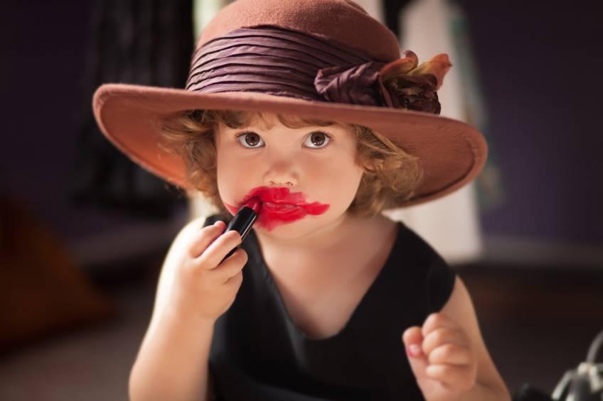 Pourquoi de plus en plus de parents laissent-ils leurs enfants se maquiller ?