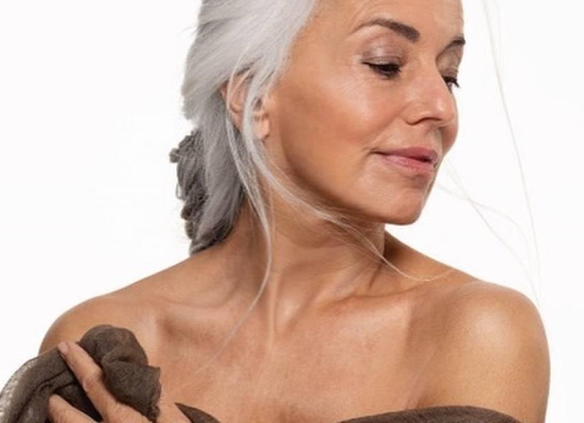 À 65 ans, elle partage avec fierté sa beauté naturelle !