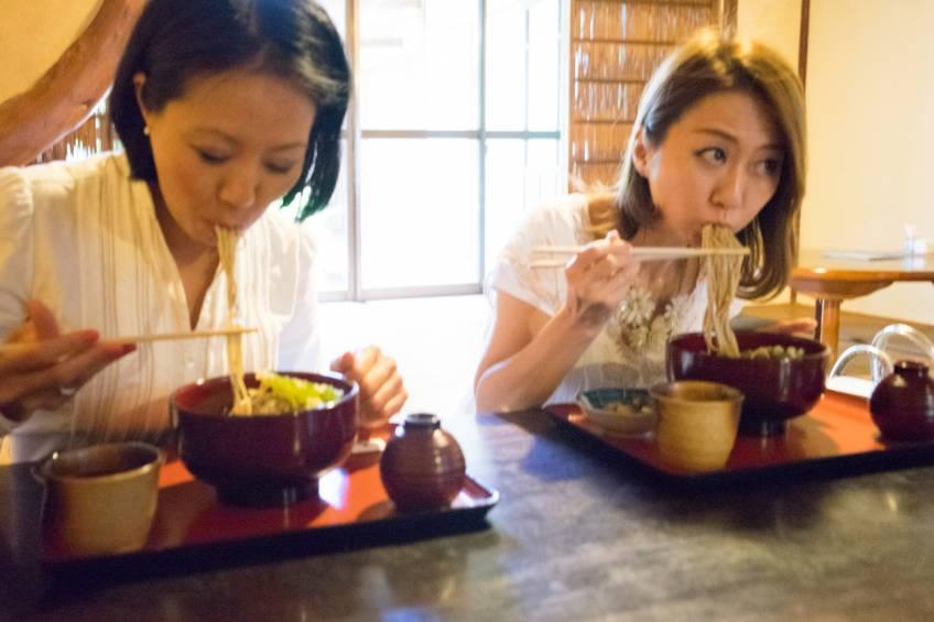 Manger en faisant du bruit donne meilleur goût à votre nourriture