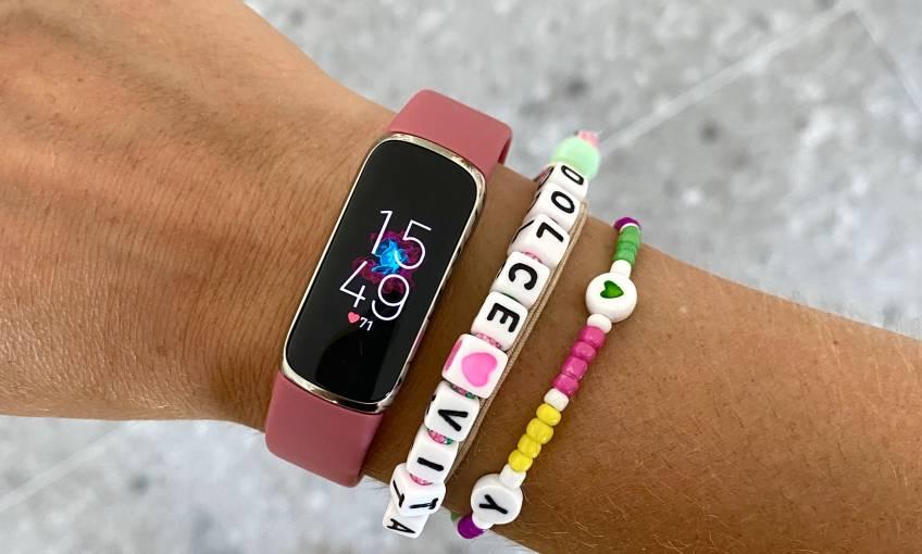 Tendance : La Fitbit Luxe, l'accessoire santé indispensable pour être stylée de la tête au poignet !