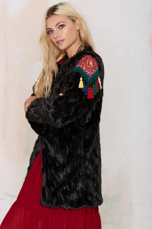 Nasty Gal  manteau fourrure noire détail ethnique