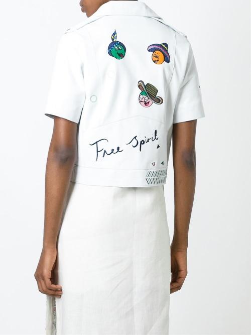 Mira Mikati veste perfecto blanche cuir à écussons