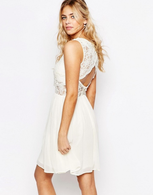 Elise Ryan  robe blanche dos nu